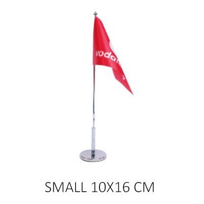 Bordsflagga med eget tryck small. Företagsflagga monterad på flaggstång med flaggfot.